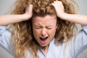 donna in preda alla rabbia